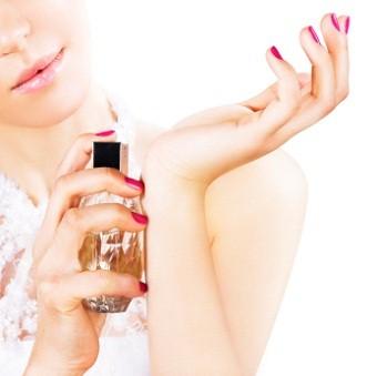 жена впръсква парфюм