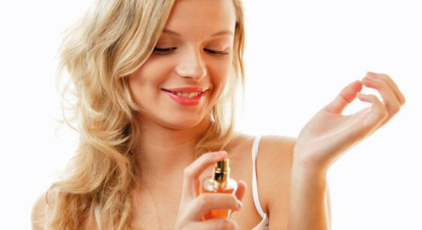 жена слага парфюм